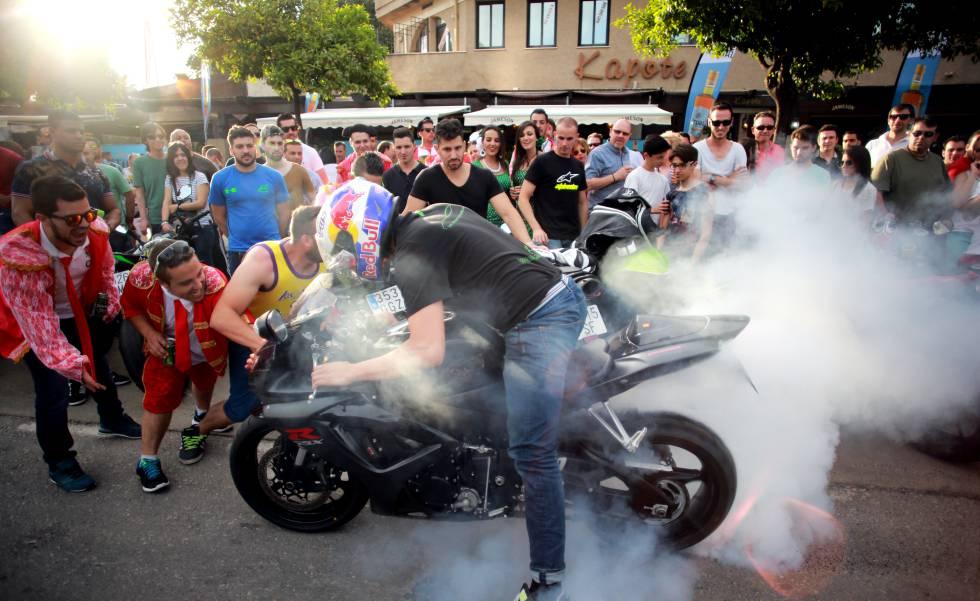 Un motorista es vitoreado por el público en la avenida principal de Jerez (Cádiz).