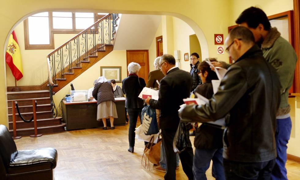 Un grupo de electores hace cola para votar en el consulado general de España en Lima (Perú).