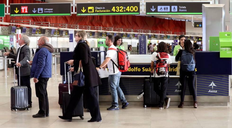 39122b34d6 semana santa La terminal 2 del aeropuerto Adolfo Suárez Barajas. Kiko Huesca
