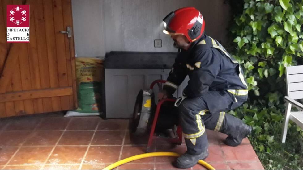 Un bombero interviene en la extinción del incendio.