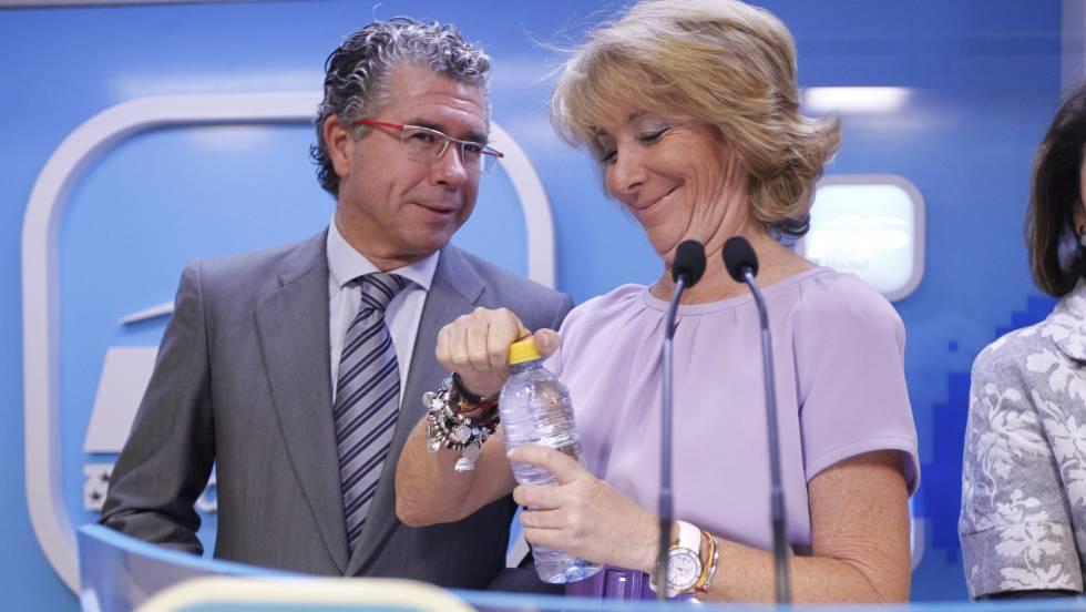 Esperanza Aguirre y Francisco Granados, en un acto de su partido en octubre de 2011.