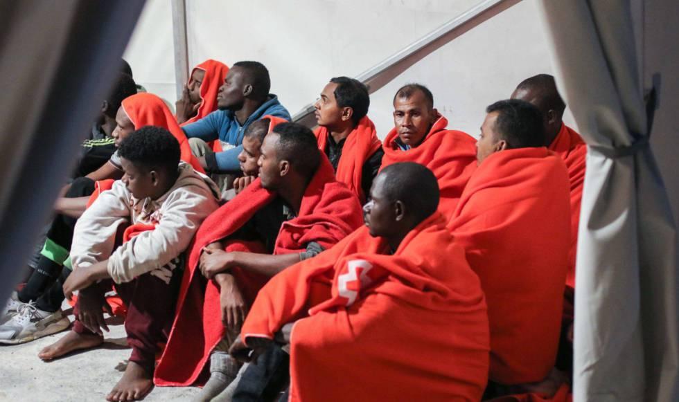 Varios migrantes, entre ellos algunos asiáticos, en el puerto de Málaga, el pasado 22 de octubre.