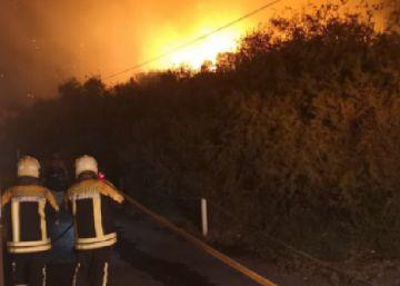 Un incendio forestal obliga a desalojar a 60 personas en La Gomera