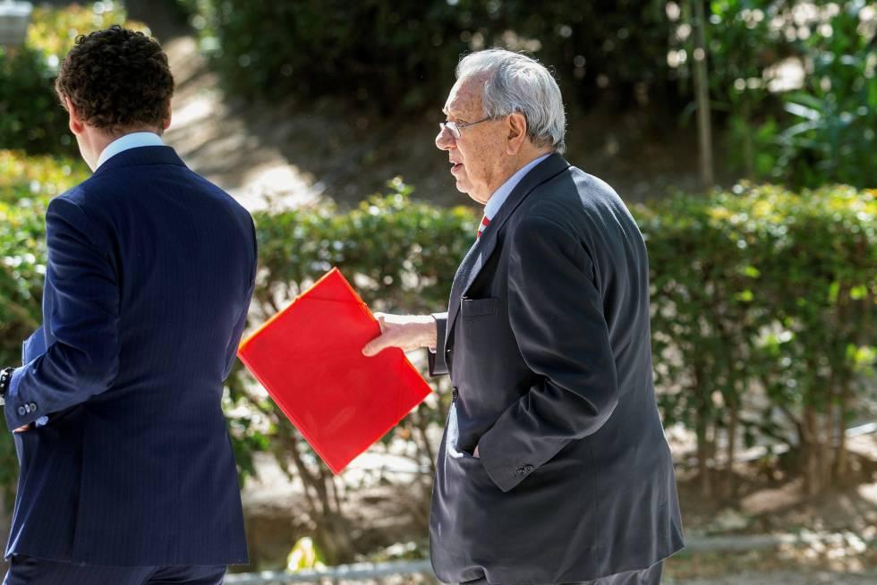 Raúl Morodo, al salir de la Audiencia Nacional tras declarar ante el juez Pedraz.