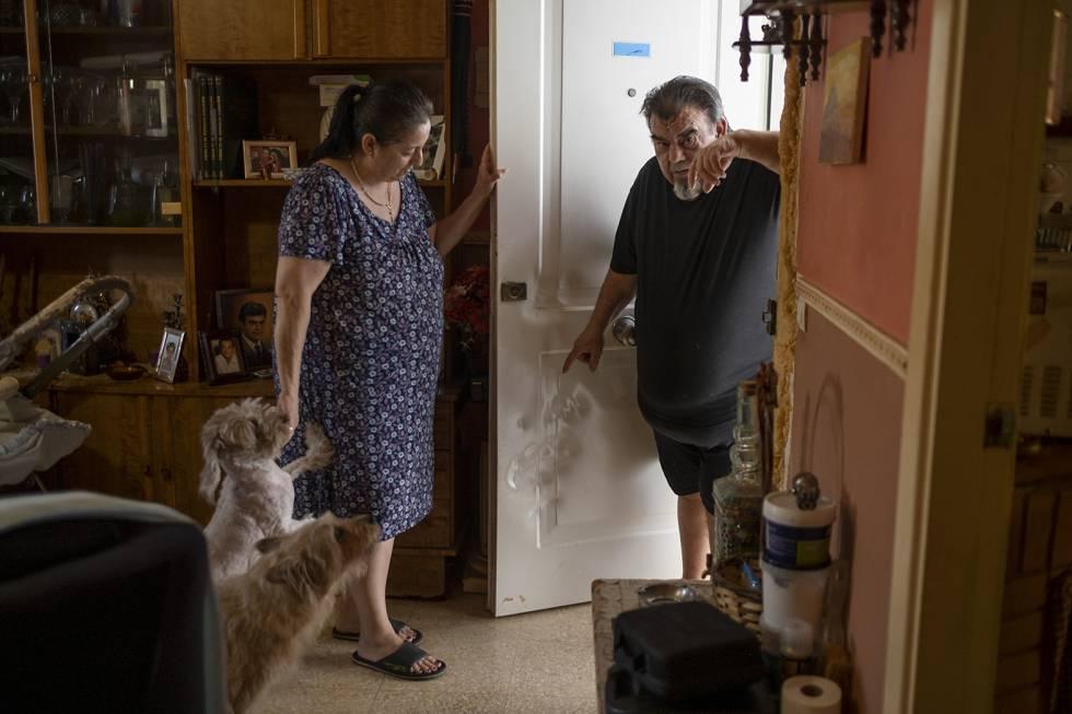 Miguel Barcos y su esposa, María, en su casa de Puente Genil (Córdoba), el pasado mes de julio.