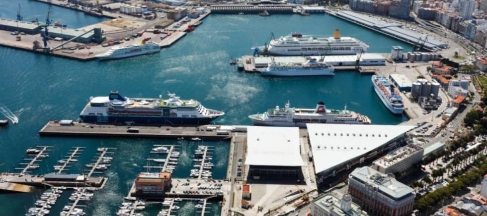 Varios cruceros atracados en el puerto de A Coruña.
