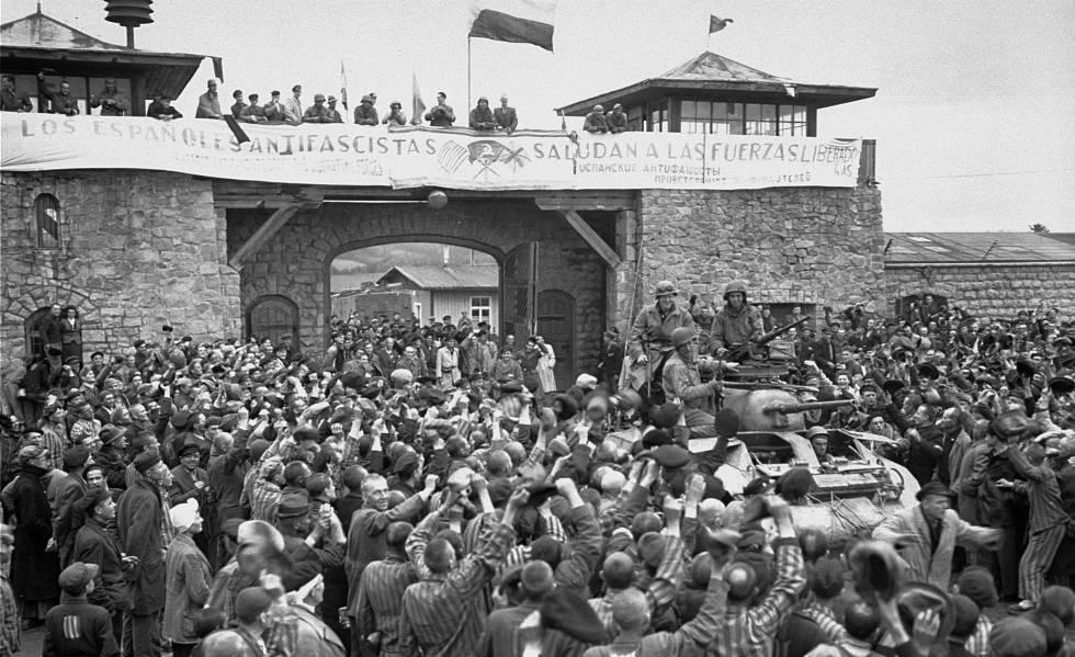 Prisioneros republicanos españoles reciben a las fuerzas americanas el 5 de mayo de 1945, día de la liberación de Mauthausen-Gusen.