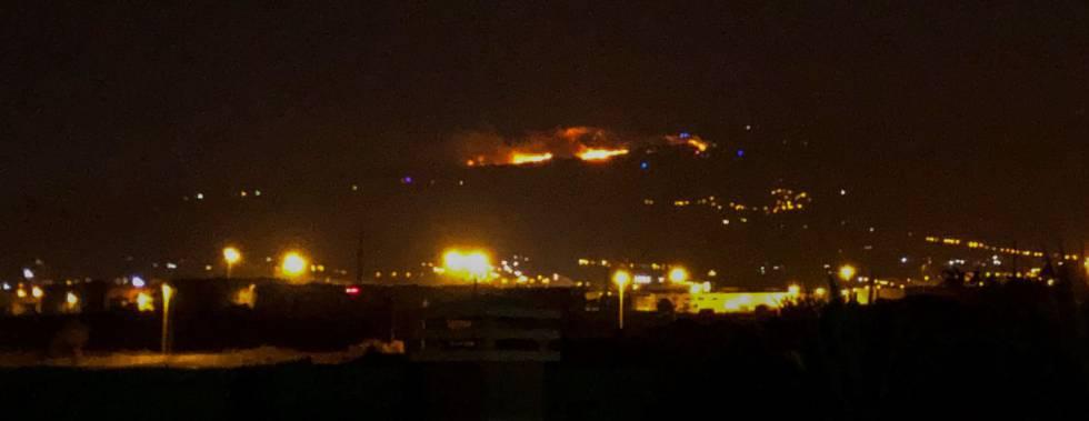 Fuego en la zona de Cazadores en la localidad de Telde, en Gran Canaria, este martes.