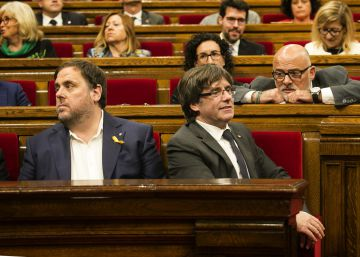 El expresidente de Cataluña, Carles Puigdemont (d) y Oriol Junqueras durante el pleno en el que se debatió la respuesta a la aplicación del artículo 155, en 2017.