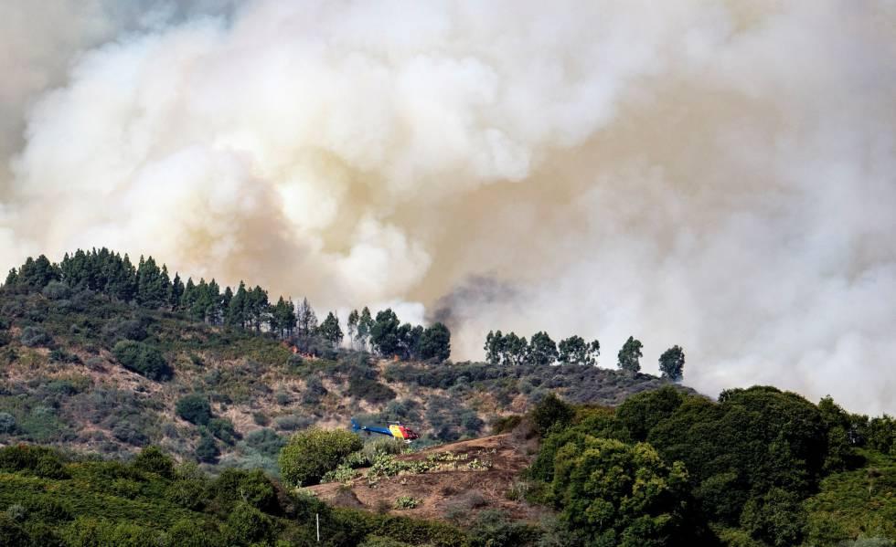 Las llamas avanzan sin control en Gran Canaria con la isla en alerta naranja por altas temperaturas