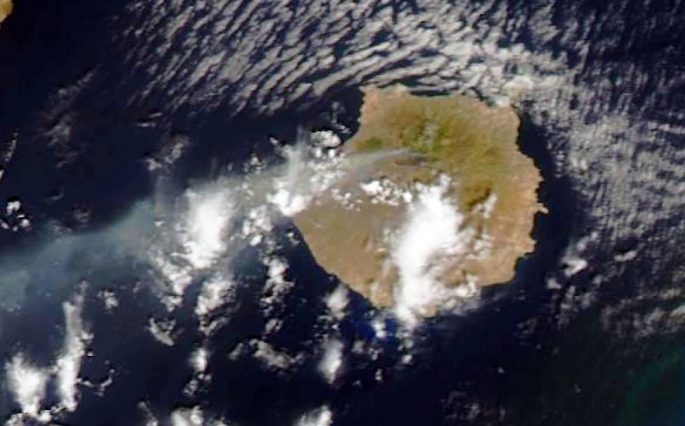 Una imagen de la isla de Gran Canaria desde el satélite Terra en la que se aprecia la columna de humo del incendio.