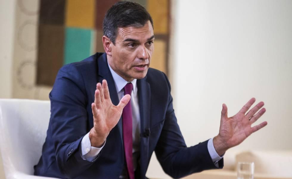 Pedro Sánchez, en su despacho, en un momento de la entrevista.
