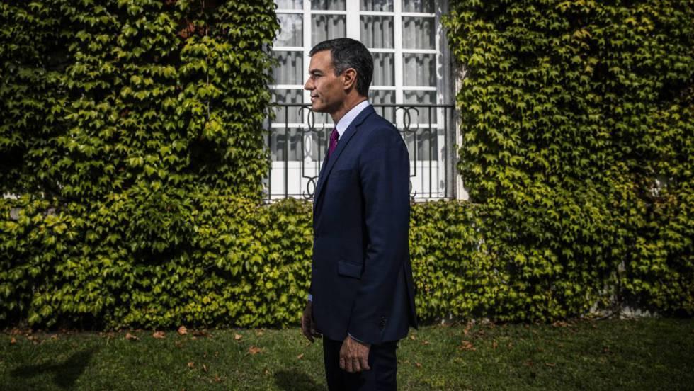 Pedro Sánchez, na passada sexta-feira nos jardins da Moncloa. Em vídeo, resumo da entrevista.