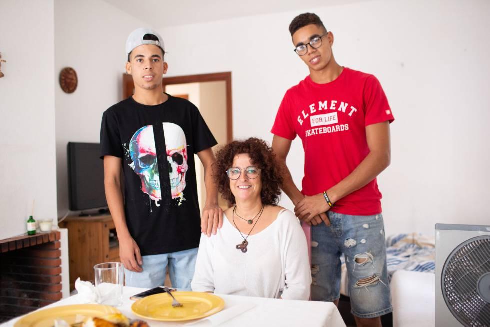 Adei Abdabaki (izquierda) y Omar Ben Omar, junto a Pilar Viaña, quien les acoge en su casa.