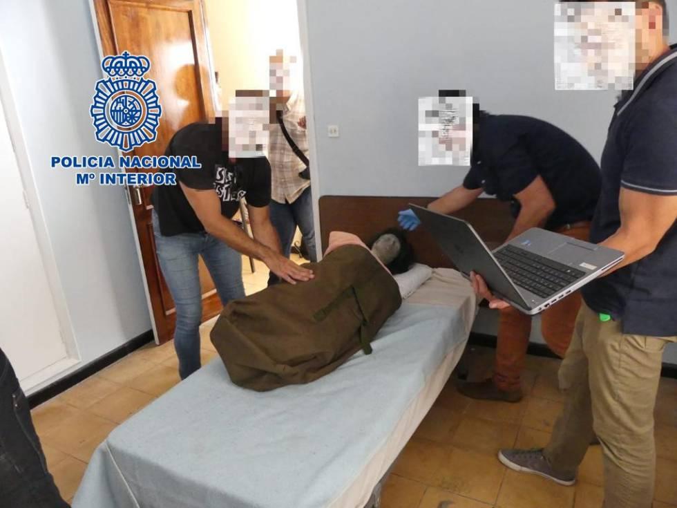 La policía reconstruye el crimen de la pensión de Santa Cruz de Tenerife con un maniquí.