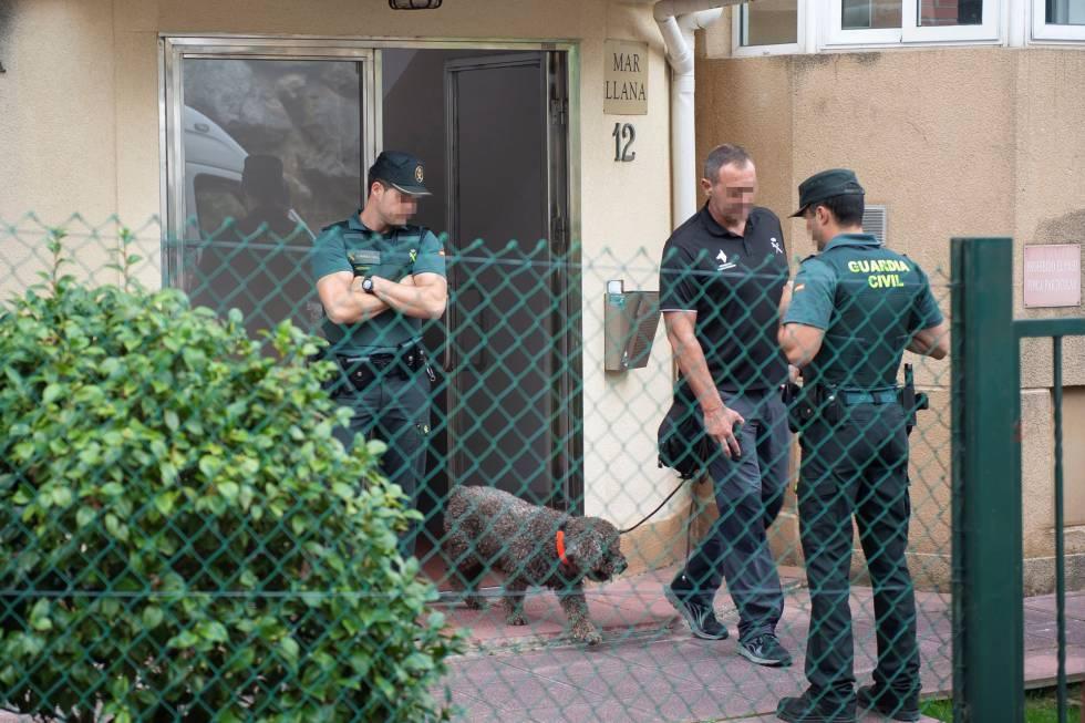 Agentes de la Guardia Civil registran la vivienda de Castro Urdiales donde vivía la mujer detenida.