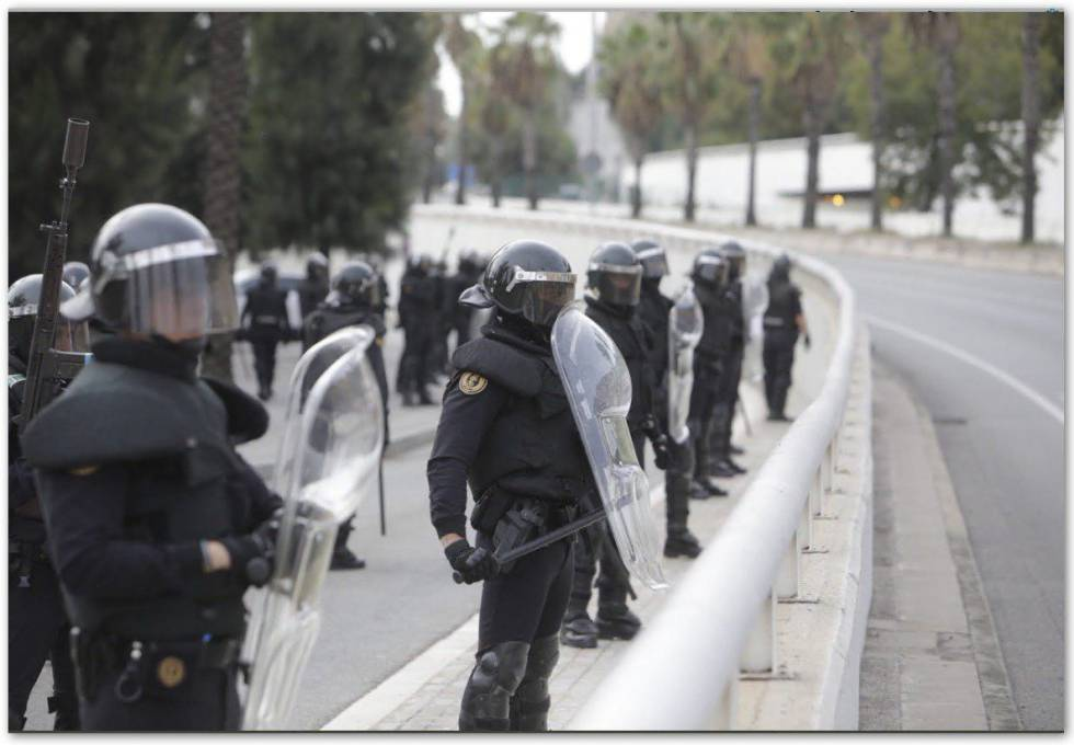 La Guardia Civil desplegada en Cataluña para hacer frente a los disturbios por la huelga independentista.