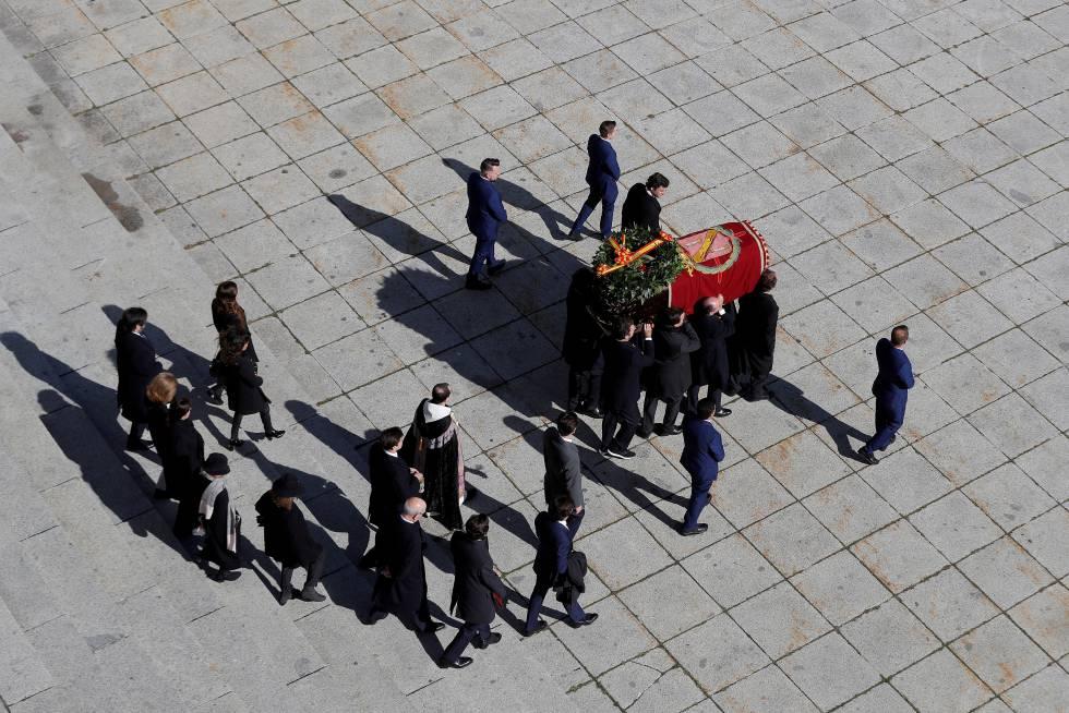Familiares de Franco sacan el féretro de la basílica.