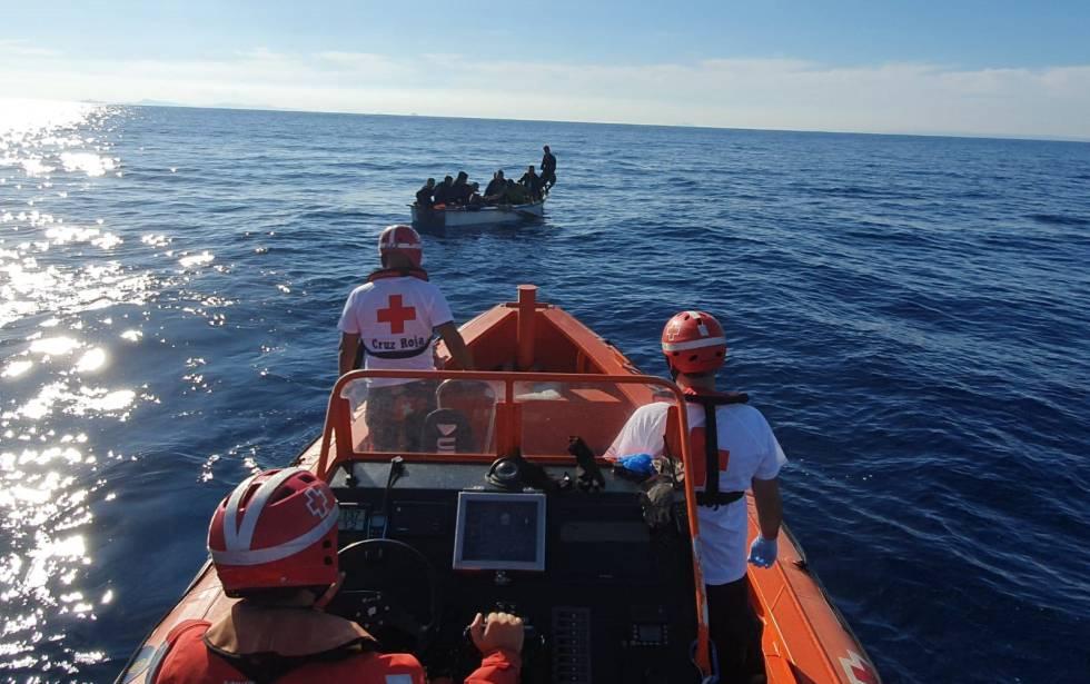 Rescate de efectivos de la Cruz Roja de una patera frente a las costas murcianas.rn rn CRUZ ROJArn 27102019
