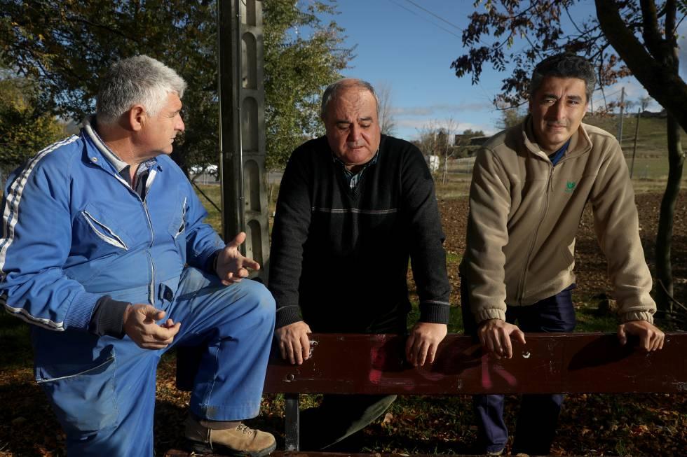 De izquierda a derecha: Alberto López, el alcalde José Carlos Moreno y Adolfo López.
