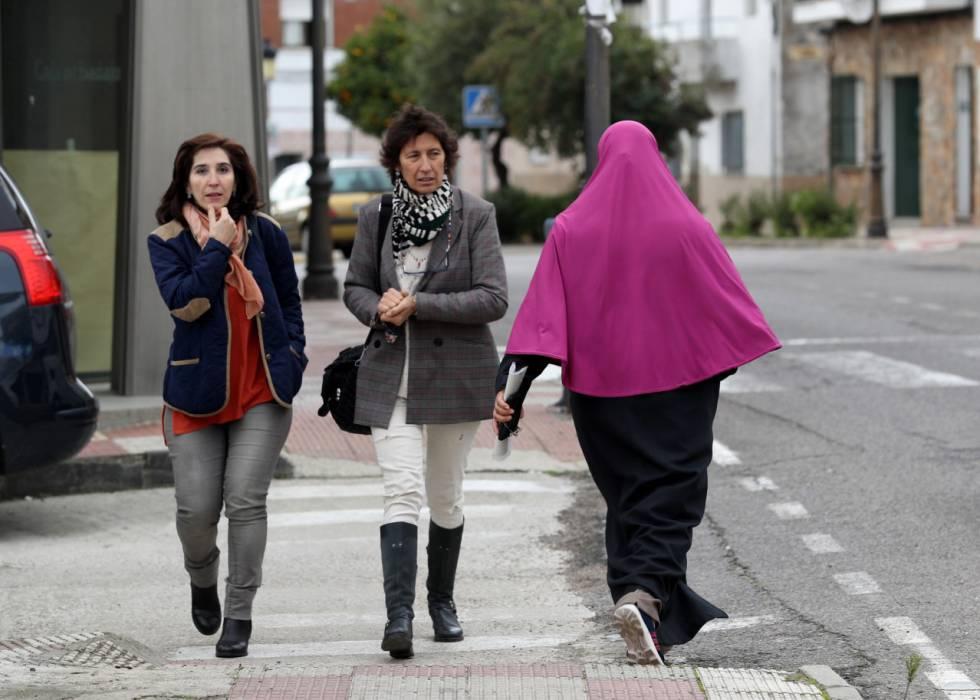 Una inmigrante marroquí pasea por Talayuela, el pasado viernes.