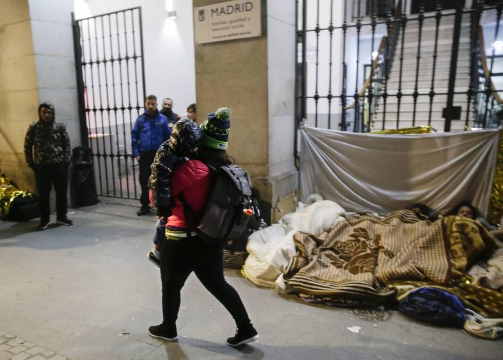 Los solicitantes de asilo peregrinan hasta el Samur Social, en el centro de Madrid.