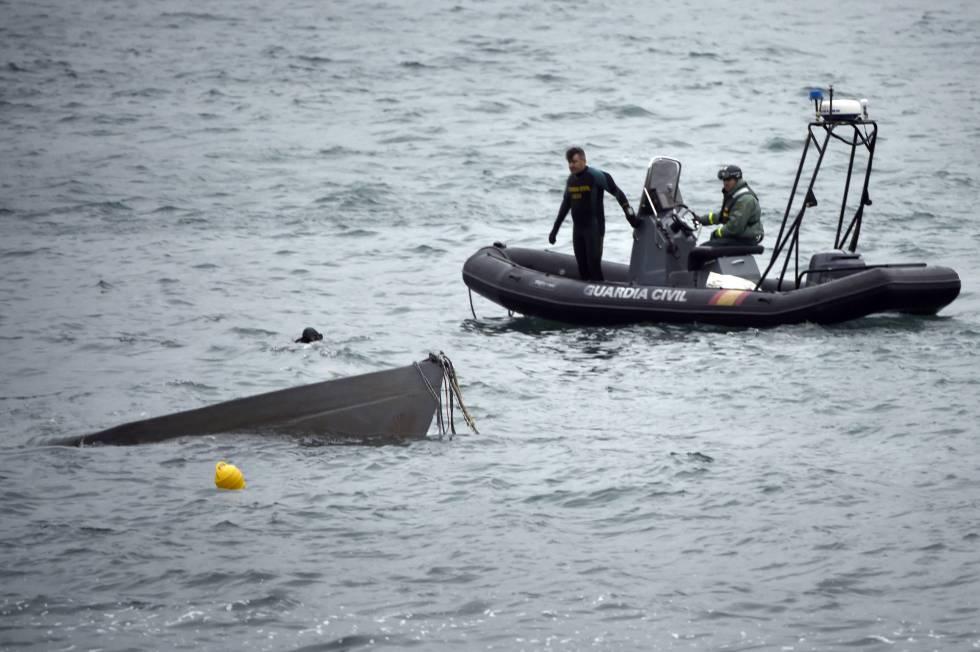 La proa del narcosubmarino emerge en las labores de reflotamiento frente a la costa gallega.