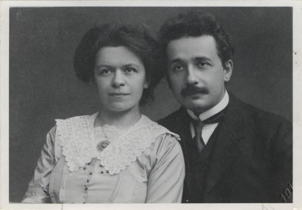 Albert Einstein junto a su compañera de estudios y pareja, la matemática Mileva Marić, en 1912.