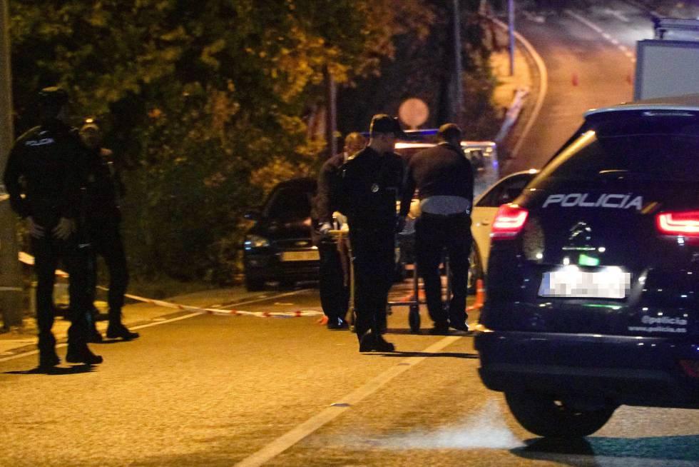 Agentes de policía trasladan el cadáver del hombre asesinado el pasado martes en Cabopino (Marbella).