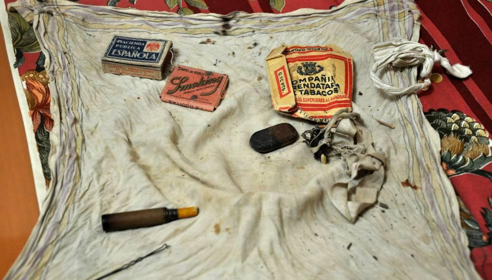 Pañuelo con las pequeñas cosas que Heliodoro Meneses llevaba en el bolsillo el día de su fusilamiento: una cajetilla de tabaco, unas cerillas, un trozo de lápiz, una goma de borrar y una horquilla.