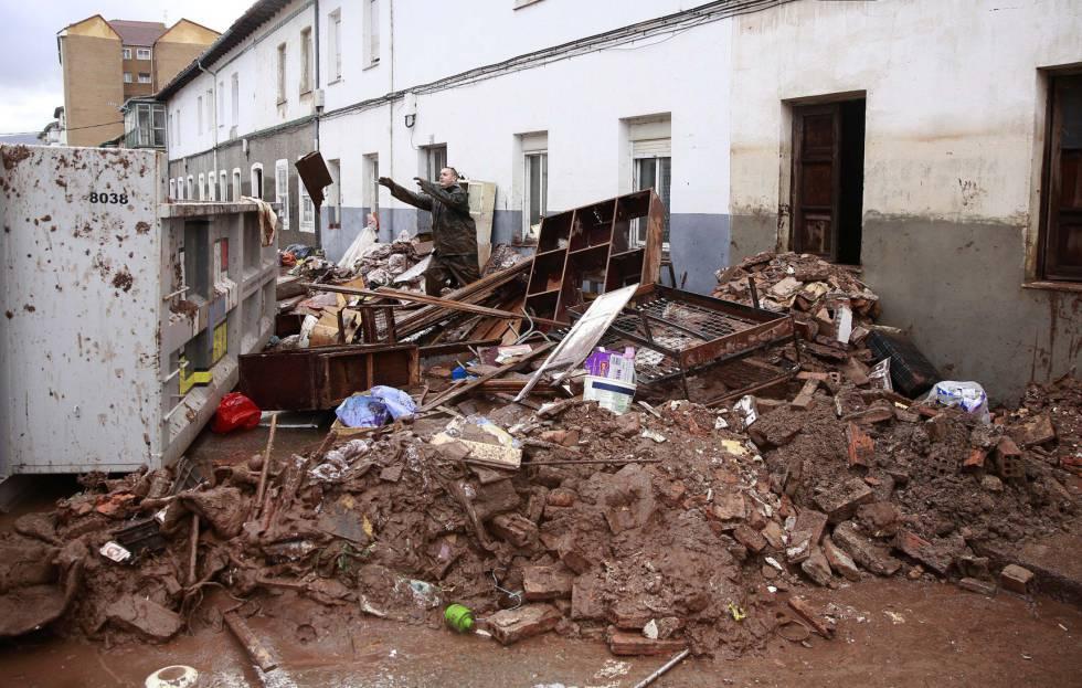 Vecinos de Reinosa (Cantabria) limpias sus vivienda, este sábado.