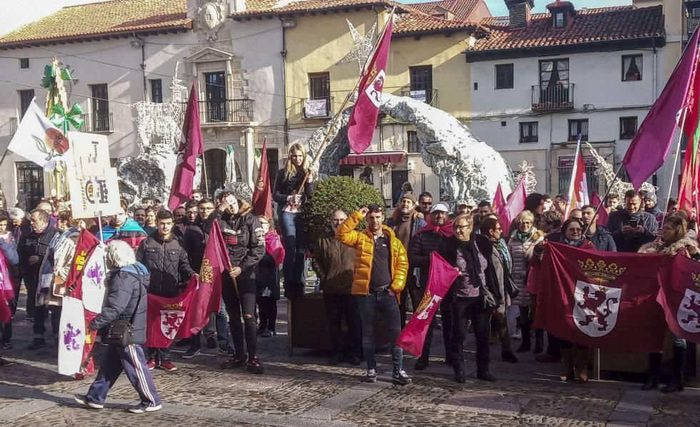 Concentración en la plaza de San Marcelo de León a favor de la autonomía de la región leonesa, este viernes. EP