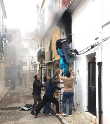 Momento en el que Gorgui Lanine, joven senegalés salva a Alex del incendio de su casa.