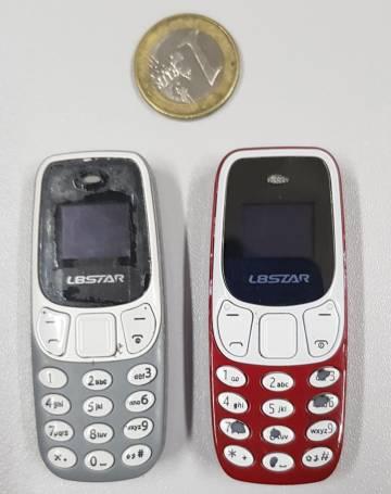 Dos móviles intervenidos en cárcel de Puerto II (Cádiz) el pasado mes de octubre.