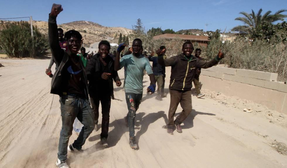Inmigrantes valla Ceuta y Melilla