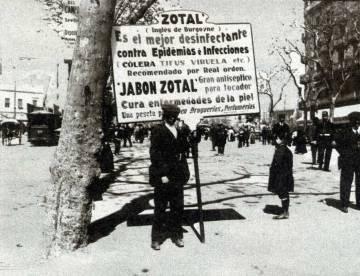 Hombre-anuncio con un cartel del desinfectante Zotal, a principios del siglo XX.