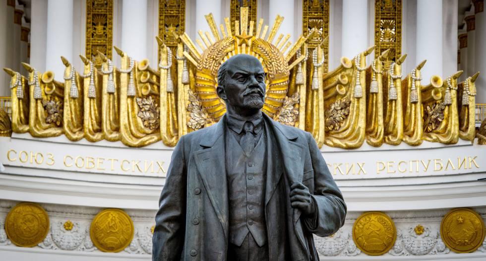Estatua de Lenin en el Centro Panruso de Exposiciones de Moscú.