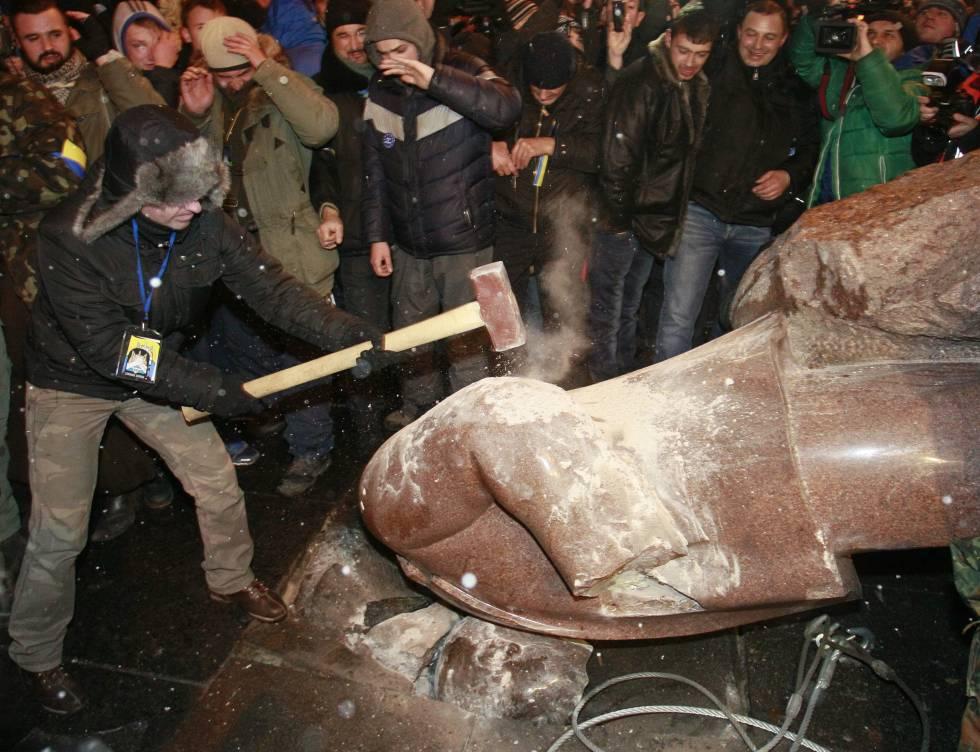 Destrucción de una estatua de Lenin en Kiev (Ucrania), en 2013.