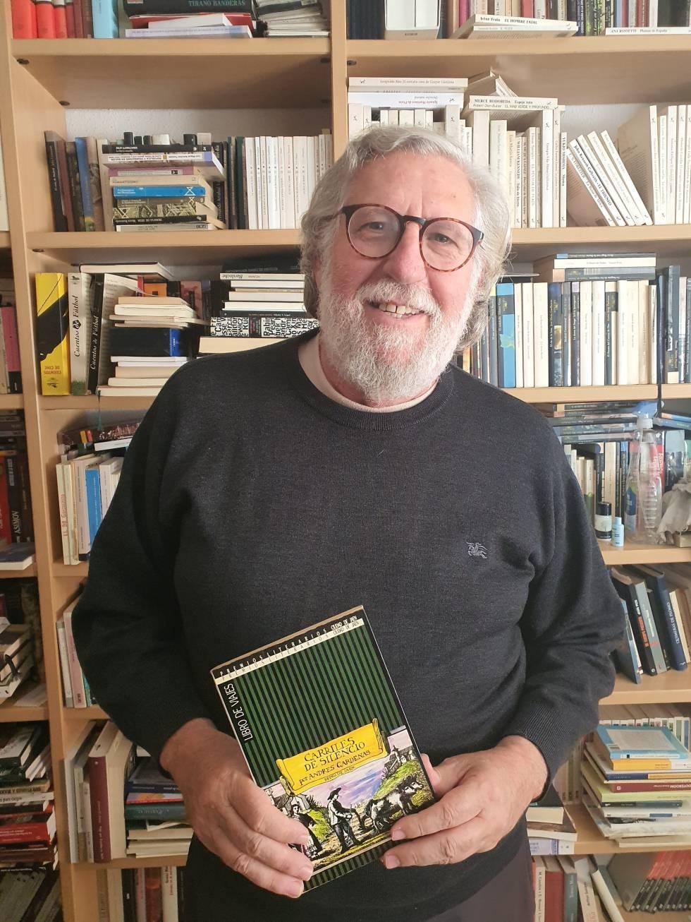 El autor, Andrés Cárdenas, con el ejemplar recuperado.