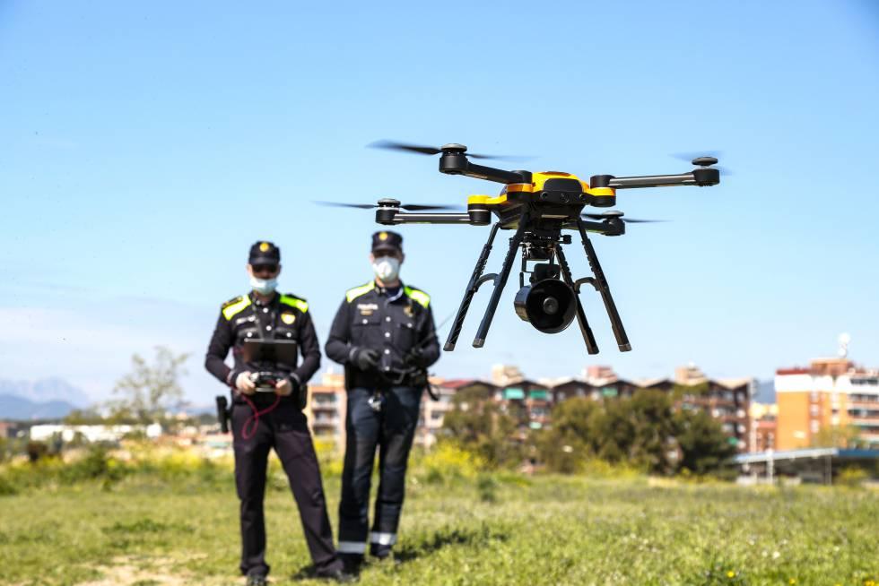 Dos policías locales de Sabadell, se entrenan para pilotar drones con los que vigilar el confinamiento, el pasado mes de abril.