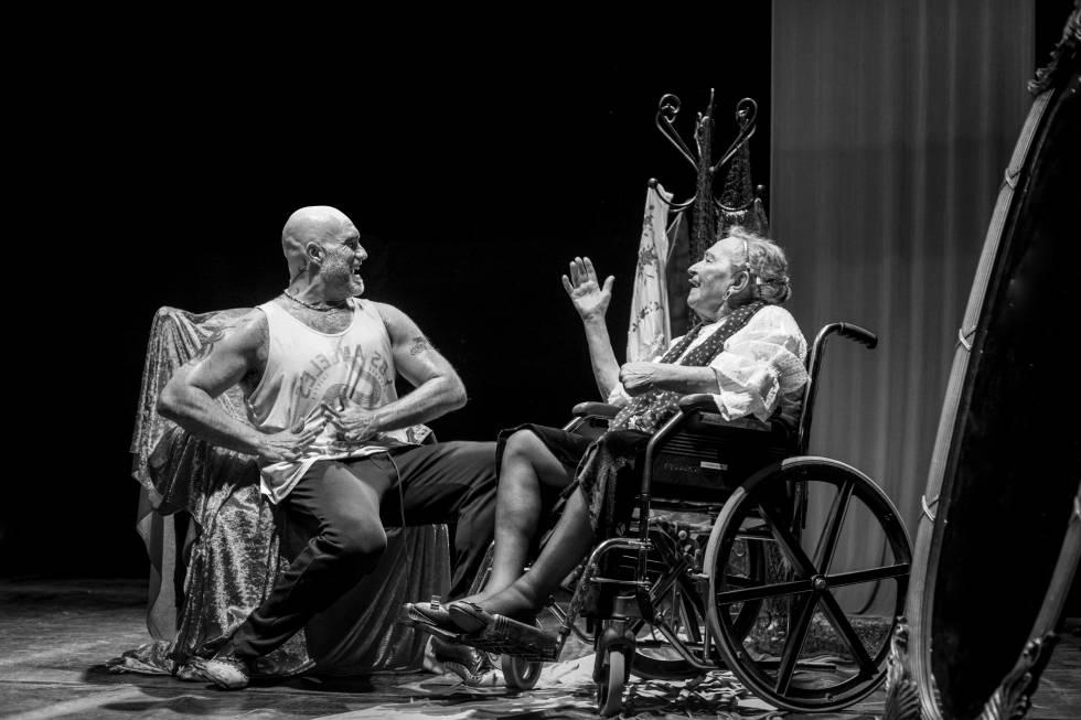 Paco y su madre, Carmen, en la obra de teatro que protagonizaron.