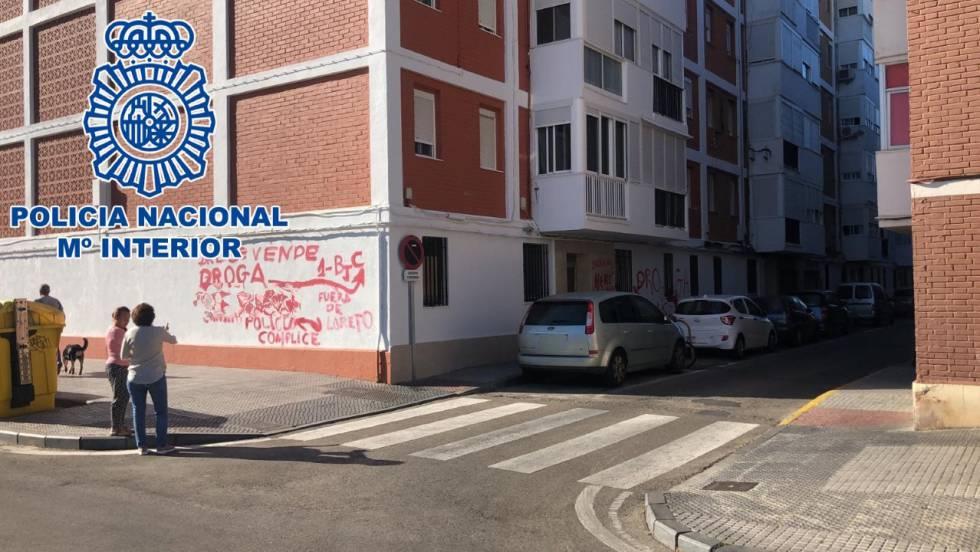 Otra de las fachadas del edificio con pintadas.