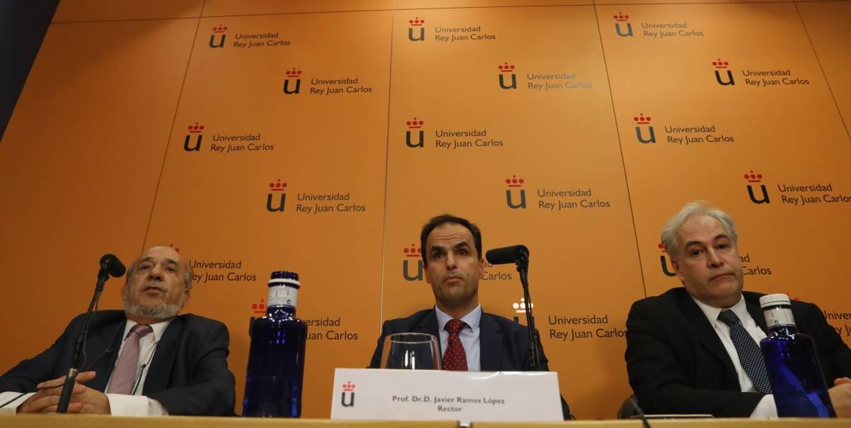 Javier Ramos López, rector de URJC, junto al director del máster, Enrique  Álvarez