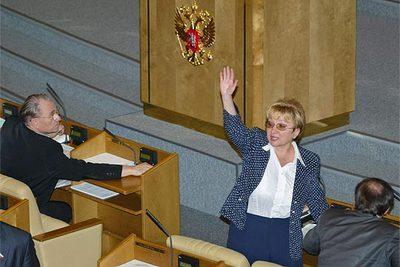 Una diputada rusa alza el brazo para indicar a los miembros de su grupo que voten a favor de la ratificación de Kioto.