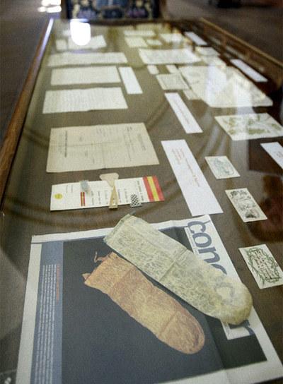Vitrina de la Biblioteca Histórica de la Universidad de Salamanca en la que se exhiben objetos, cartas, etc. olvidados dentro de los libros