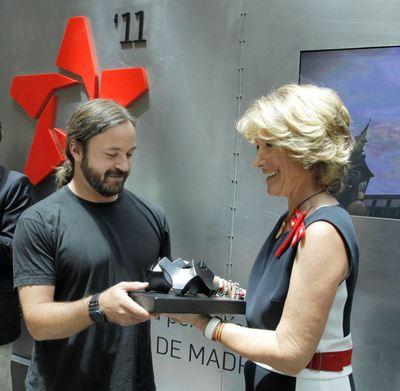 El reportero gráfico Óscar del Pozo recibe el premio fotoCAM ... a787aaca213c2