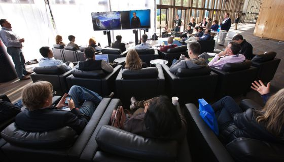 Un grupo de asistentes atiende a una videoconferencia en la TED 2012.