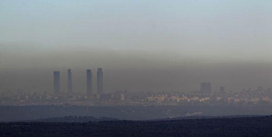 Nube de contaminación sobre Madrid. / ULY MARTÍN