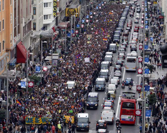 Manifestación de protesta contra el Gobierno y las Cortes el 25 de septiembre a su paso por la Gran Vía madrileña. / SANTI BURGOS