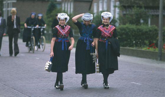 Calvinistas holandesas con trajes tradicionales. Calvinistas holandesas con trajes tradicionales. DEA A VERGANI AGE FOTOSTOCK